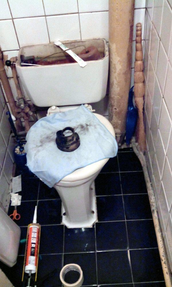 Мастер на час - ремонт унитаза, слив прохудился и вода течёт на пол