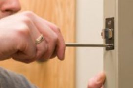 Мастер на час - установка межкомнатной двери, врезка замка